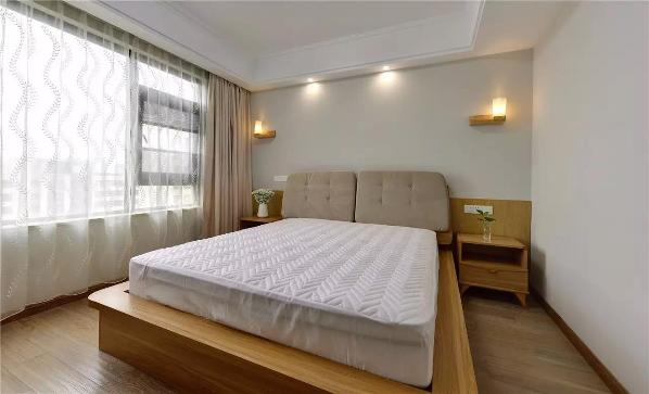 木元素延续到卧室,床、床头柜、壁灯等,到处都弥漫着温暖与舒适,营造出一个惬意的睡眠环境