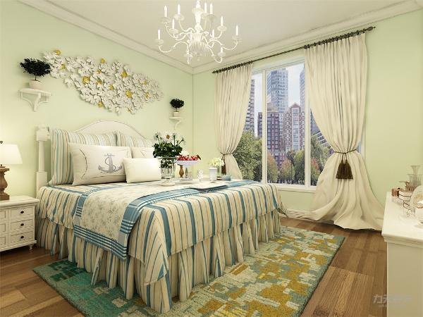 主卧明亮而温馨,纯棉的窗帘和床头的碎花装饰点亮了整个空间。在卧室中点缀床品与抱枕相互匹配,干净清爽的同时,不会显得过于沉们与杂乱。卧室的整体色调与客餐厅一致。