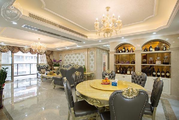 餐厅处最吸引人的为大理石酒柜,配以茶镜打底做装饰,强调以华丽的装饰、浓烈的色彩、精美的造型达到雍容华贵的装饰效果,使整个居住空间弥漫着奢华欧式的浪漫风情。