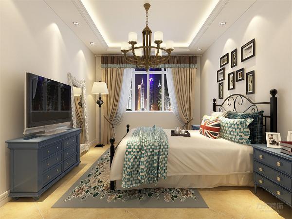 主卧设计风格明亮,浅色双人床搭配彩色的地板,色彩非常的明朗清新,墙上的画也体现了户主的品位。