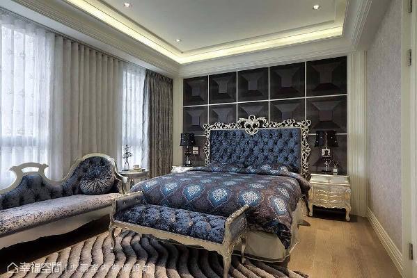 富涵立体感的床头造型,搭配宝蓝色绒布床头,随着光线折射闪闪发光,营造尊贵气派的睡眠环境。