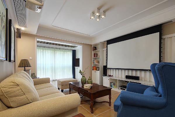 素色的布艺沙发辅以木质家具,传递着简洁舒适的气息,整个客厅空间呈现出雅致浪漫的韵味。