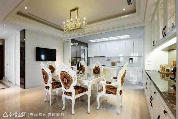 在主墙上配置壁挂电视,因应家人生活习惯,即使一人用餐时也不无聊。