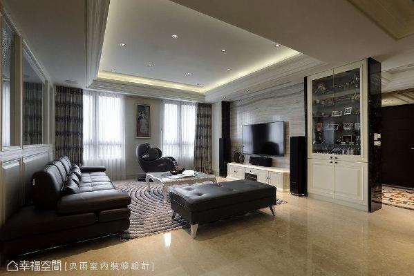 大理石横向纹路铺陈电视主墙,拉长空间感,两侧收纳展示柜,整齐又美观。