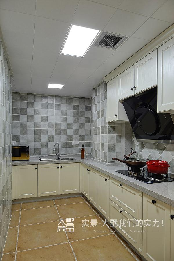 厨房紧接餐厅,方便日常生活,独立的u型橱柜空间,形成合理的操作流线,且不影响厅房空间。