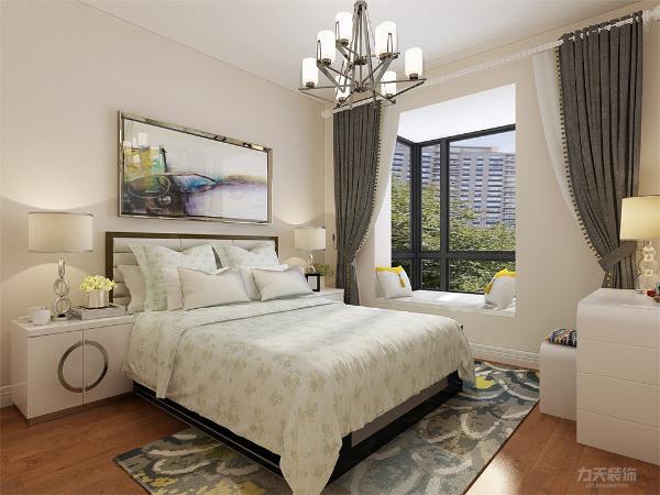主卧室标配1.8*2米的床和一个梳妆台外加大衣柜,色彩以暖色为主