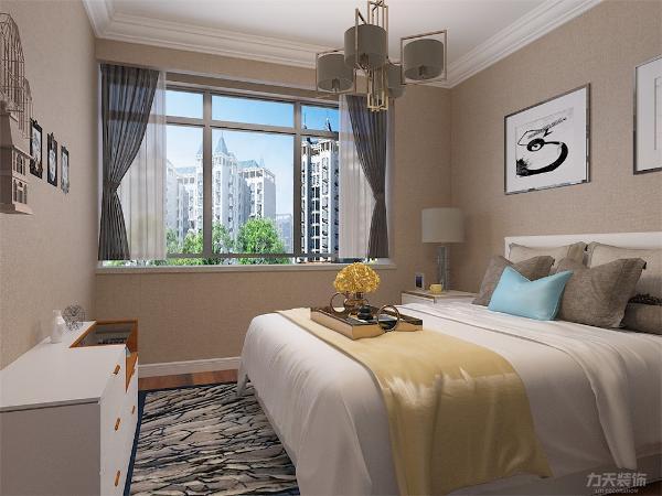 主卧室背无背景墙,只用了两幅画来做装饰,白色的床整体体现整洁,柔和的色调,不会显得混乱。