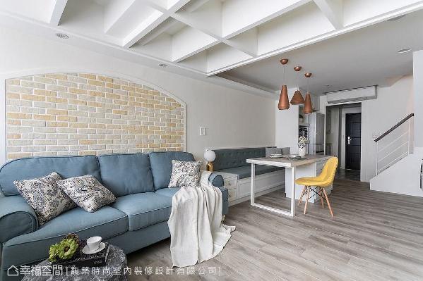 馥筑时尚室内装修设计舍弃传统的餐桌椅摆设,以卧榻与中岛桌取而代之,让走道动线更加宽敞。