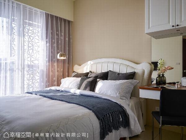 主卧空间以雾乡色为主题,替屋主刻划出美轮美奂的居家氛围,右侧的化妆台则延续美式线板的元素,以柜面与床头板来呈现。