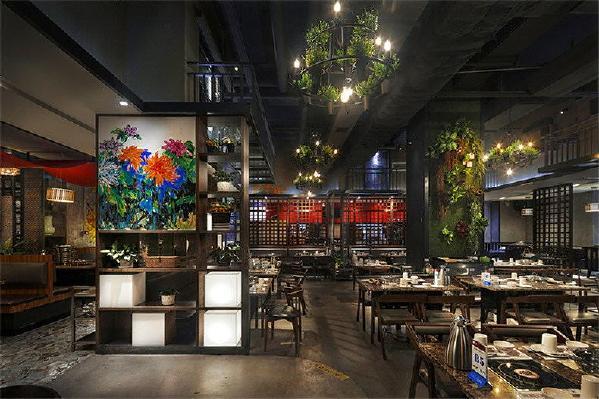 餐桌旁边摆放有木质架装饰,木质加上还有优质画装饰,也是店铺的一个小亮点,周围墙体上还有绿色植物体,给人一种小清新的感觉,让人吃饭时有个好心情。