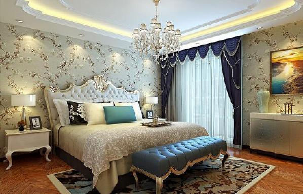 【开来都市丰景-卧室】卧室清新又淡雅,壁纸上的花朵纷纷扬扬的开满整室,缱绻的雕花游走在床头,武汉室内装修空间层次感十足。