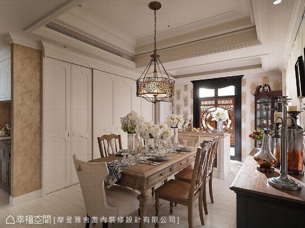 父亲收藏许多不规则尺寸的古董柜,希望能带进新家,王思文与汪忠锭设计师特别于餐厅旁规划一整面收纳柜,依照柜体尺寸精算内部空间,将古董收藏妥善安置其中。