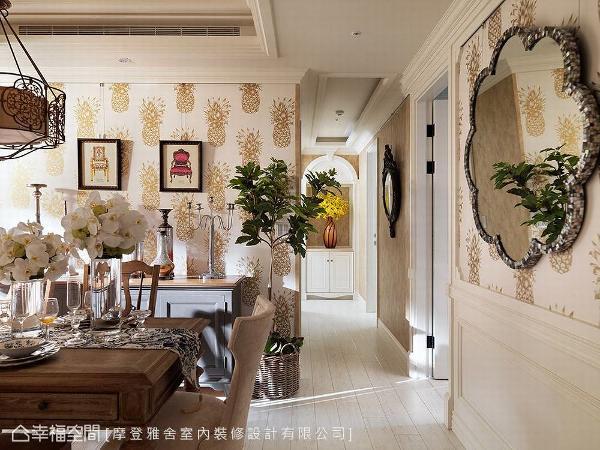 金色的菠萝图案壁纸,为餐厅增加更多趣味性,同时带来「旺来」的吉祥含意。