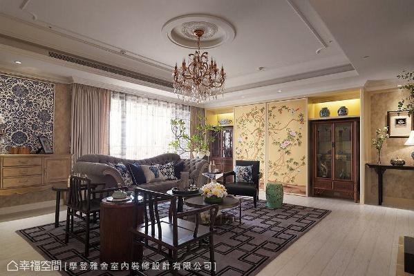 客厅中央摆放法式古典沙发,天花板选搭仿旧古典水晶灯,一旁更搭配中式梳背椅,巧妙混搭中西方传统特色又不显突兀。
