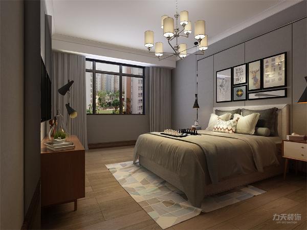 主卧室背景墙用画做装饰,白色元素的床整体体现干净整洁的感觉,柔和的色调,不会显得混乱。