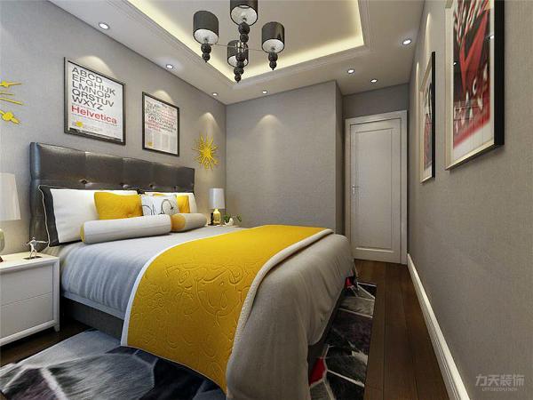 主卧的地面采用实木复合地板铺贴,主卧室的空间比较大,在床的对面挂了装饰画。起到装饰的效果。