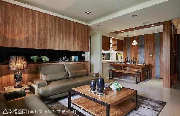 卓林设计团队利用留白设计,加上包覆的天花板,消弭横梁带来的压迫感。