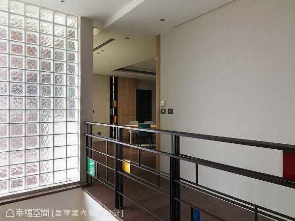 玻璃砖的铺设,为梯间营造天井般的明亮感,扶手的造型则是以荷兰画家-蒙德里安的几何画作发想,藉由彩色的方块挹注艺术美感。