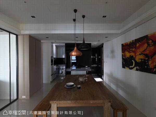 餐厅和厨房之间,以隔间墙将餐岛一分为二,其一做为早餐吧使用,同时也是小型聚会聊天的角落。