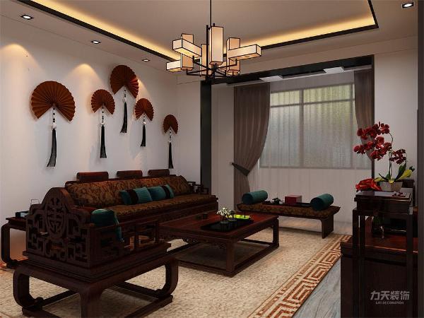 客餐厅在入户门右手边,采用石膏板吊顶,给人一种空间感,显得空间宽阔,通过吊顶划分区域;整个客餐厅选用新中式家具