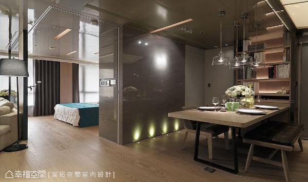 地板装设连成一线的嵌灯,以反射灯源创造低度照明避免光线刺眼,也具有引导动线之作用。