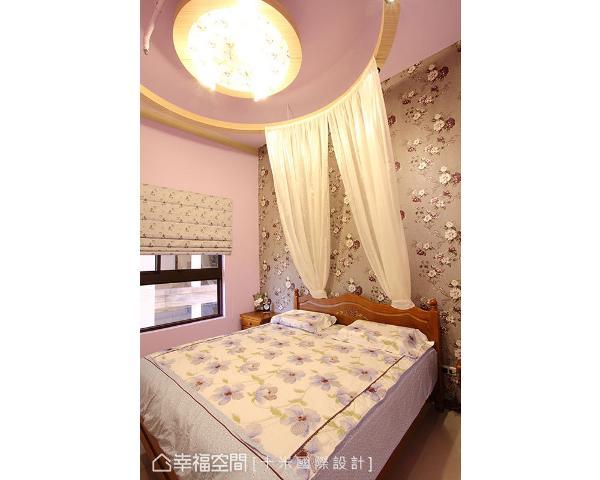 以紫色定调的卧房,缀上花朵图腾壁纸与软件,蔓延一室的浪漫风情。