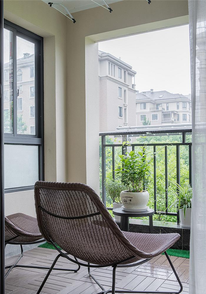 阳台图片来自家装大管家在115平现代美式3居 生活因此更美的分享