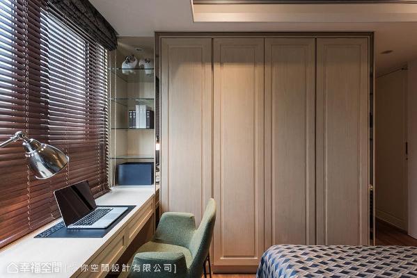 依照屋主生活上的需求,于窗下及床尾整合书桌与衣柜,利落的线面关系让视觉上更清爽。