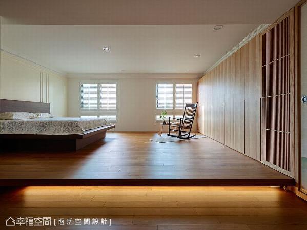 采架高木地板设计,下方设置间接照明,无形中带来场域界定,划分出床铺区和活动区。