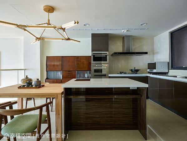深木色餐具柜搭配压花玻璃门,散发出复古怀旧气息;保留建商配置厨具,让颜色在视觉上形成呼应。