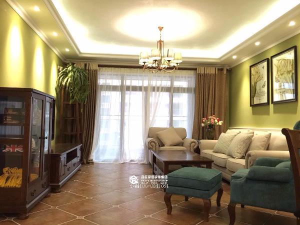 客厅。美式风格的沙发,随意且舒适。电视柜和斗柜与地砖更是相得益彰~!