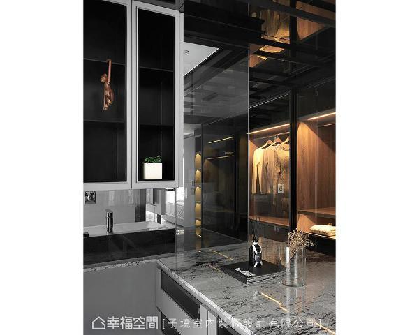 中岛对面为整排的储衣空间,木质柜体搭佐暖光照映,为居家挹注温馨暖度。