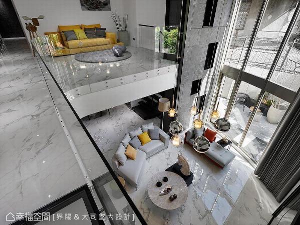 局部透明地板加上弧形玻璃围栏,维持最佳的穿透度,让全区上、下景色相互贯串。放眼望去,清透简约的白色空间,也因精选的鲜艳软件和三米吊灯,而有了国外艺术馆般的气息。
