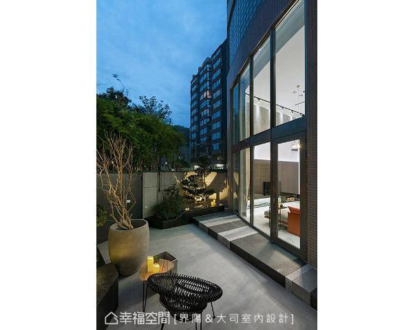 从庭院望入,高挑的落地窗及内部简约明亮的设计感,令人彷佛有来到国外郊区别墅的错觉。