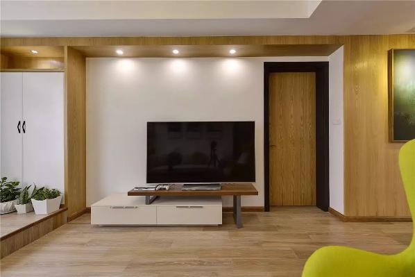 白色撞木色的电视柜,白色撞木色的电视墙,木色撞黑色的主卧门,所有的撞色都显得格外的和谐;