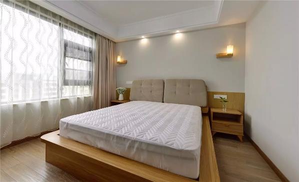 木元素延续到卧室,床、床头柜、壁灯等,到处都弥漫着温暖与舒适,营造出一个惬意的睡眠环境;榻榻米房,兼具储物、办公、客卧等多种功能,这样的空间对于简约北欧风格来说,是最不可缺少的储物多功能空间;