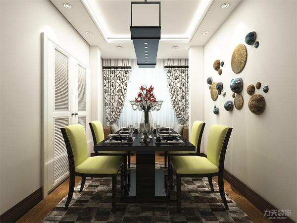 餐厅地面同样采用了实木地板进行铺贴,顶面是以回字形吊顶内放灯带做造型,墙体以白色乳胶漆为整体,在阳台摆放了休闲椅,供业主喝茶,休息。整个空间简单又大方。
