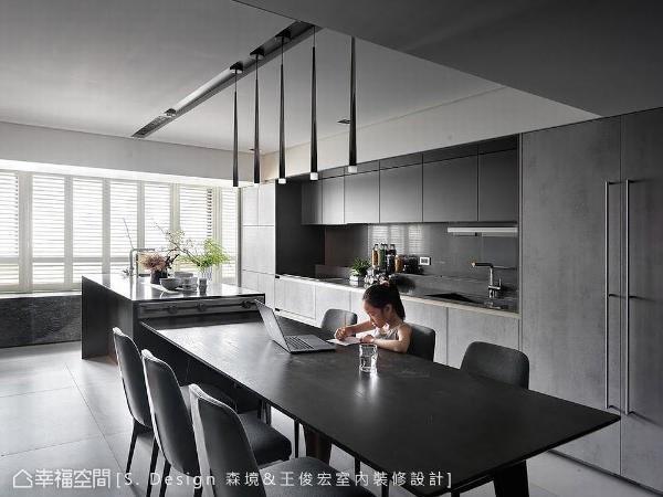 餐厨空间与中岛机能相互串联,其流畅动线与座位配置,满足屋主每周家聚的需求。