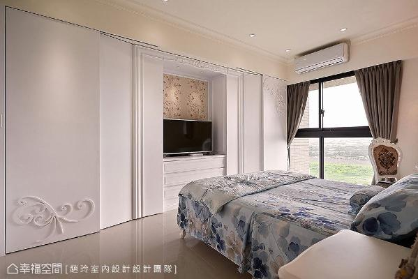 电视墙利用线板做框边,形成艺术框定效果;搭配白色造型形成连续性立面,让电视墙与衣柜合而为一。