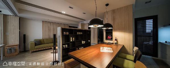 不同面向和机能收纳柜,与餐桌相依创造出咖啡吧台;半高电视墙后侧规划成展示柜,陈列屋主收藏的红酒和马克杯。