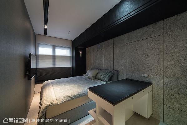 以木作方式打造出订制书桌,台面下方规划表示层板,不同面向拥有不同功能,可以做为床边柜使用。