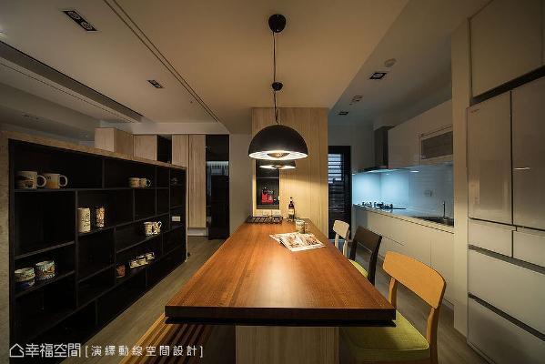 厨房隔间墙拆除后,设置一张大型木质餐桌,形成餐厨合一的配置设计,聚会人数再多也不怕没位置。
