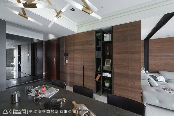 大门右侧鞋柜采用镜面为门片,透过反射效果延展室内景色,创造空间放大的效果。