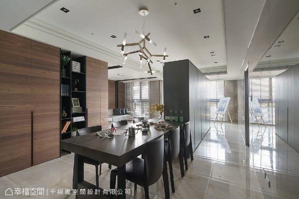 千彩胤空间设计特别将餐桌与电视主墙结合,藉此拉宽空间横向尺度,带出不凡的视觉张力。