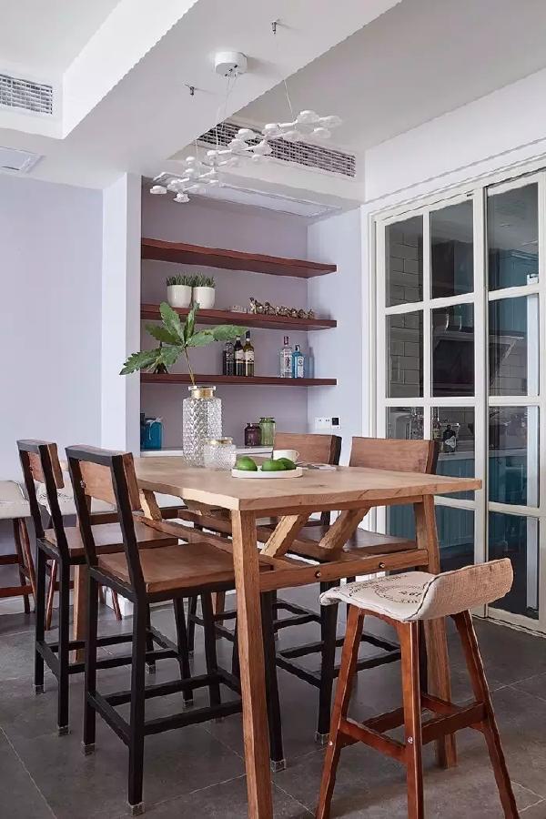 原木质感的餐桌椅,让空间充满了原始的自然气息;