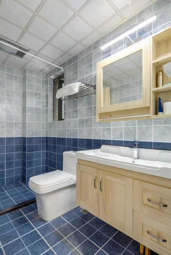 卫生间会独特纹理的墙砖地砖铺设,搭配原木质感的洗手盆与浴镜收纳,整个卫生间都显得充满了惬意舒适的氛围;