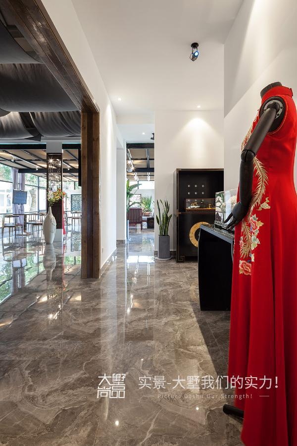 融古之典雅,今之时尚,东方之韵华,设计之独到,让旗袍的高雅与精致在时尚的巅峰如花绽放。