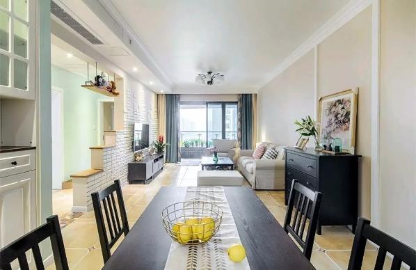 与客厅连贯的餐厅,在中间走廊位置摆上各一个黑色的斗柜,上面摆上清新的绿植与奢华的装饰画,整体空间显得充满了独特的艺术气息;