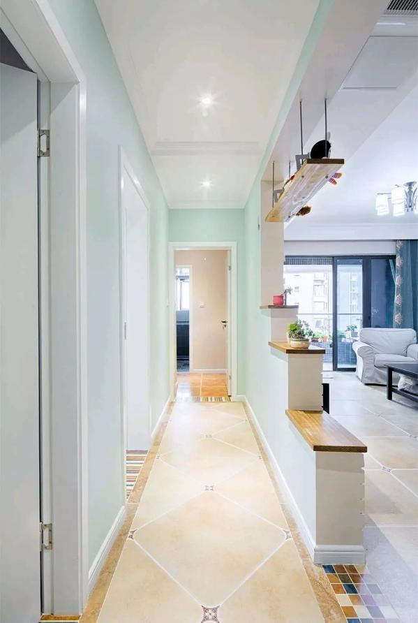 整个走廊的墙面刷成薄荷绿的颜色,走在里面都能感受到一股清新的气息;通过电视墙的梯级造型,整体营造出了独特的舒适氛围;