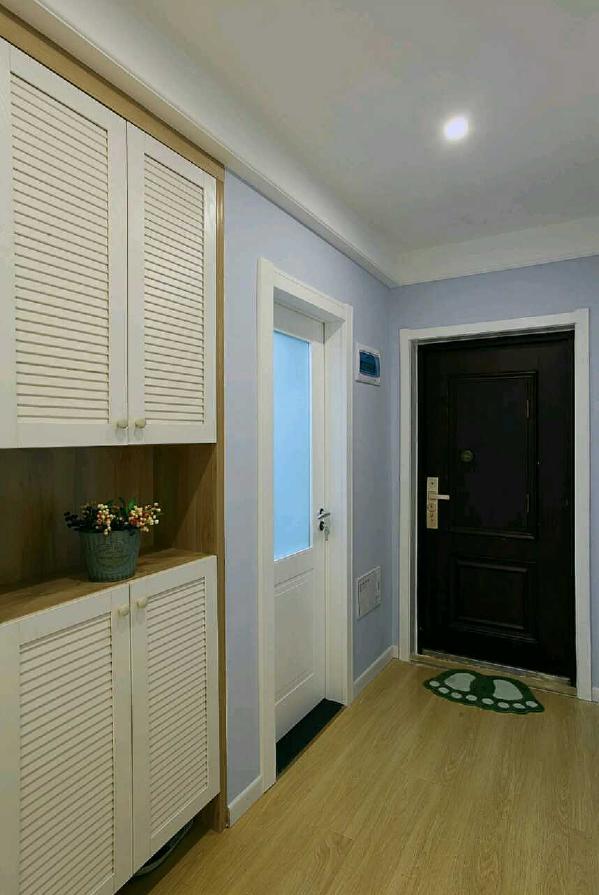 门厅借用卫生间的空间设置了一个较高的鞋柜